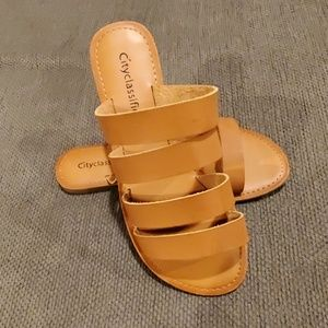 💛NWT City Classified Sandals💛